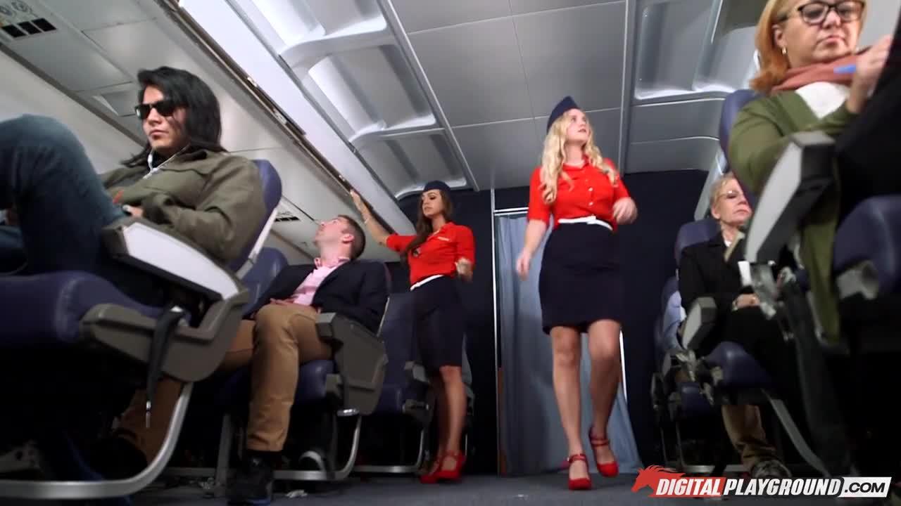 Порно трахнул стюардессу в самолете