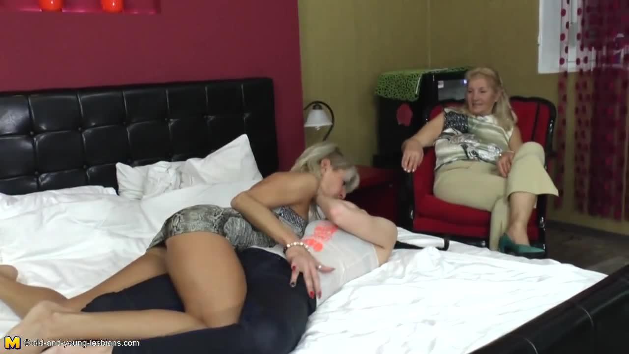 Три лесби разного возраста порно