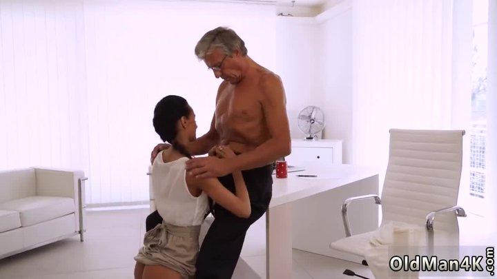 Старик трахает молодую секретаршу