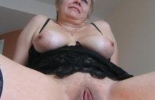 Зрелая женщина с бритой пелоткой