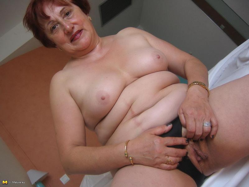 Бабуля позирует любовнику голой
