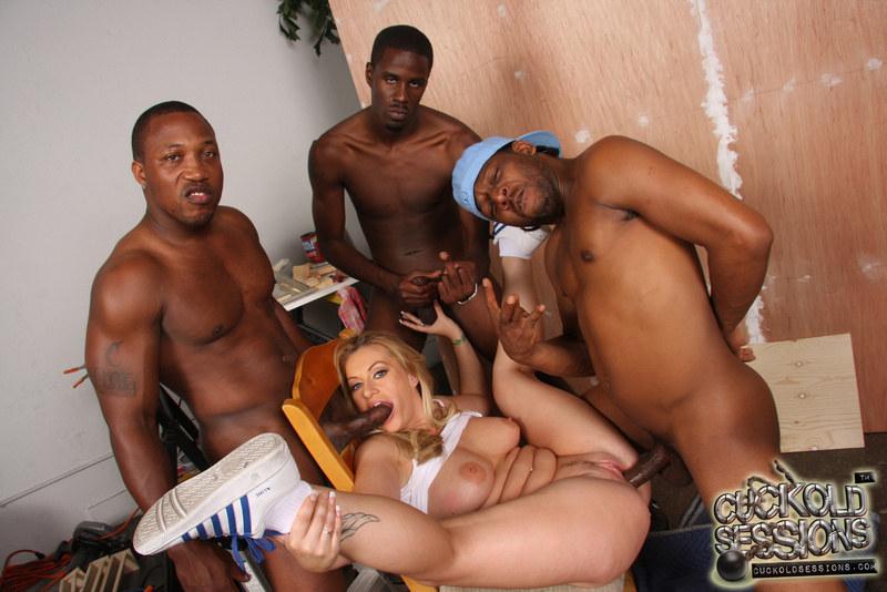 один чернокожий парень трахает несколько белых женщин фото