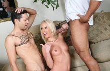 Девчонка отсасывает другу своего мужа, в то время как он наряжается в ее белье