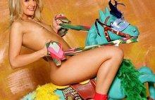 Горячая штучка Милочка седлает коня! ее не смущает поза наездницы!