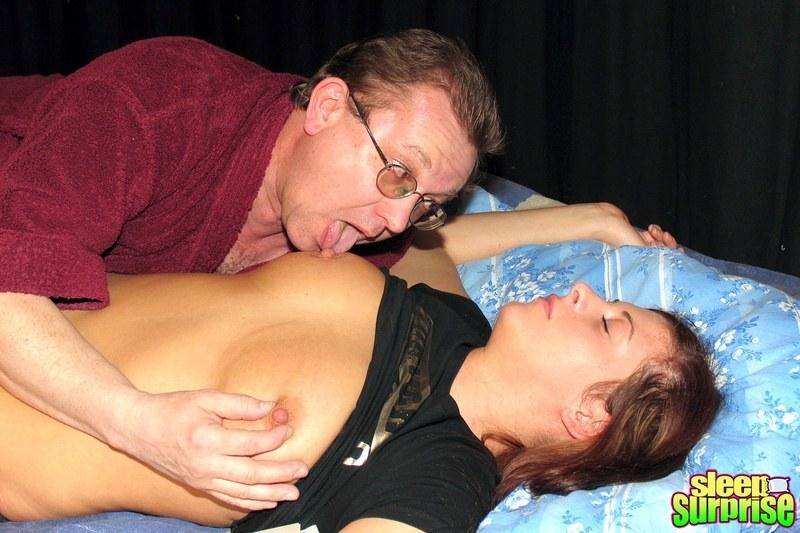 Сосут грудь у спящих видео