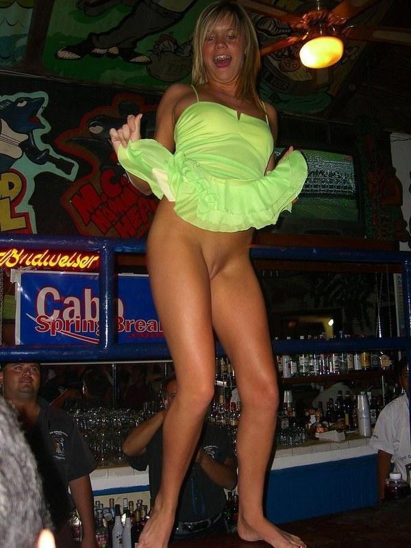 Засвет трусиков на барной стойке
