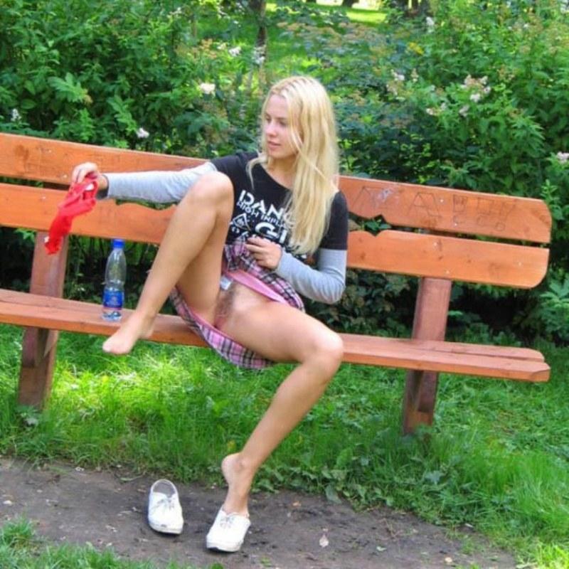 Анал, видео на скамейке без трусиков
