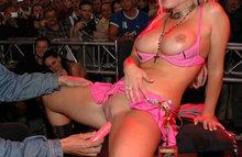 Пьяные и голые шлюшки на улицах города и в клубах! Они разрешают все!