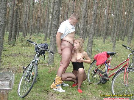 Женщина в лесу мастурбирует об велосипед, джон холмс ролики порно