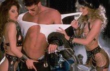 Порно приключение в стиле 80х - все ебут всех!