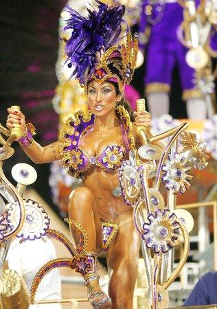 goliy-foto-golaya-i-razvratnaya-brazilskiy-karnaval-piss-rot-muzhchine
