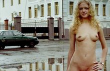 Жаркие летние кадры - девки на улице отрываются голышом!