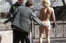 Телочки дразнят парней голыми попками и письками прямо на улице!