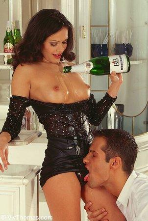 Красивых бутылка шампанского минет