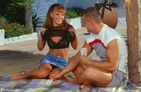 Порно проиграла покер, мастурбация симпатичной брюнетки на полу на веб камеру