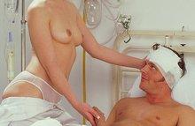 Эта медсестра - развратная сучка, лечит мужиков своей пиздой и попкой!