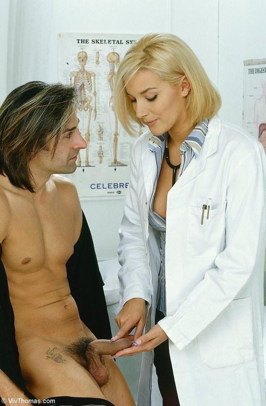 осматривает пенис медсестричка