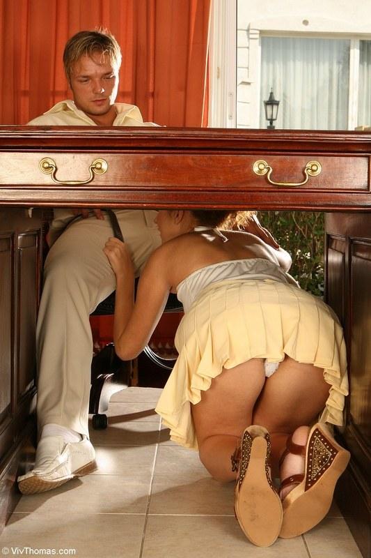 Рассказ в это время под столом делала миньет