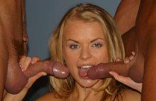 Двое на одну блондинку - один прет в пизду, другой дает за щеку!