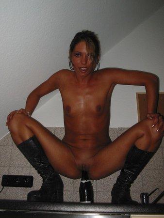 Эротическое фото для сайта, длинноногая брюнетка в черной юбке и телесных чулках