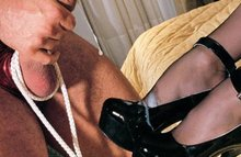 Госпожа трахает раба, как хочет, а он лижет ей каблуки