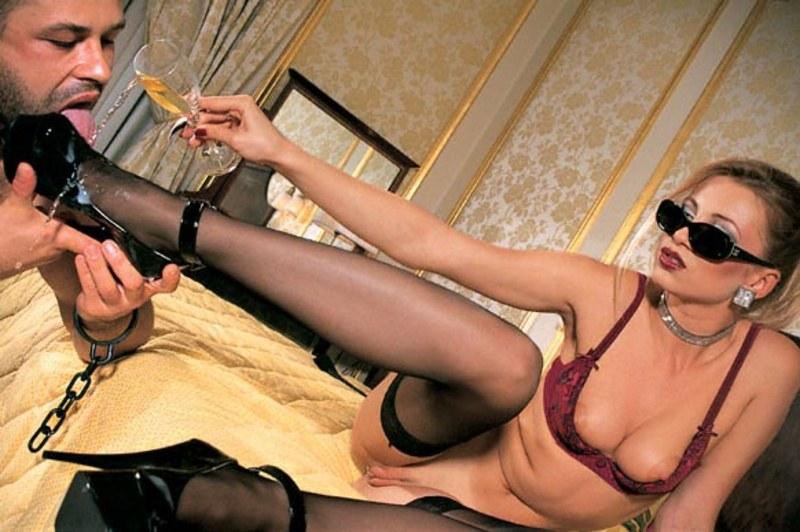 наглая и профессиональная госпожа заставляет раба сасать ей писю ви