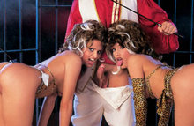 Две сучки-подружки обрабатывают своими язычками член одного парня
