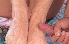 Блондиночку оттрахали до оргазма, а потом кончили ей на ножки