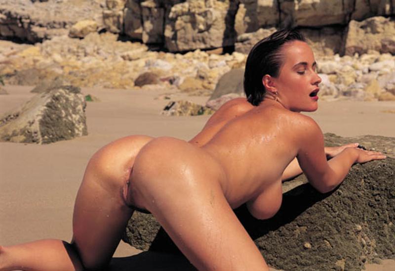 Жаркая фотосъемка страстной брюнетки на местном пляже