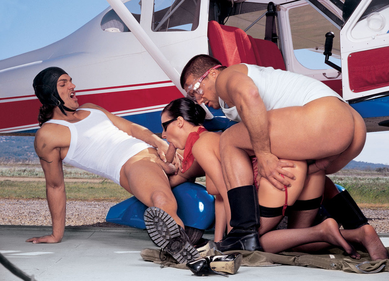 Секс возле самолета