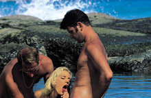 Безумный секс на побережье втроем