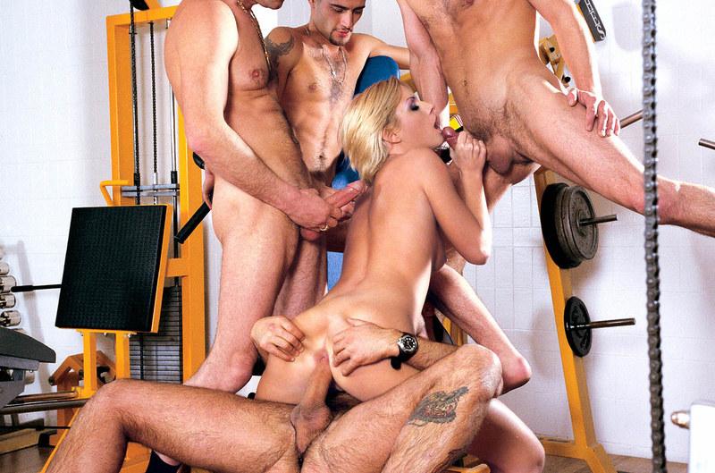 порно в фитнес клубе груповое