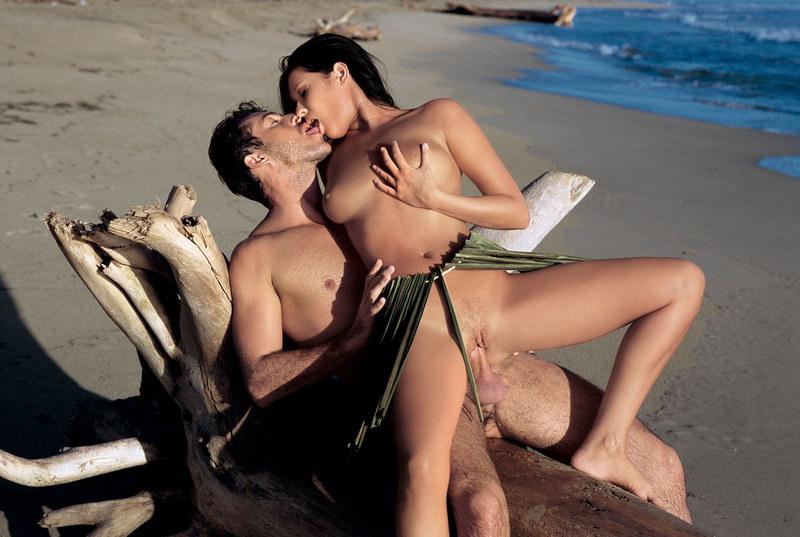 Порно на пляже страстное