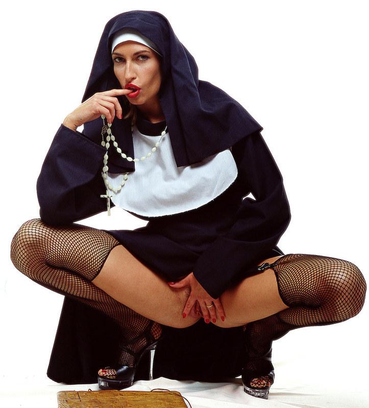 Монашка языком вылизывала анус