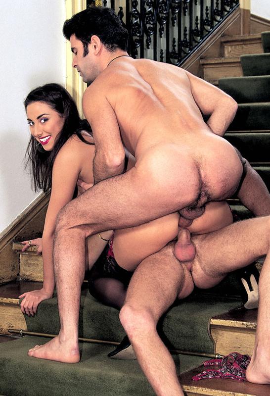 Муж с приятелем дерут классную брюнетку