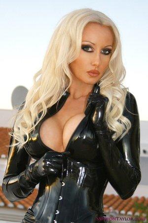 Сексуальная блондинка в латексе