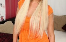 Раскрытая попка неопытной блондинки