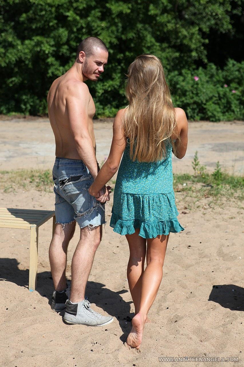 У пляжа на опушке был секс у одной девчушки