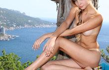 Красивая девушка позирует на фоне моря