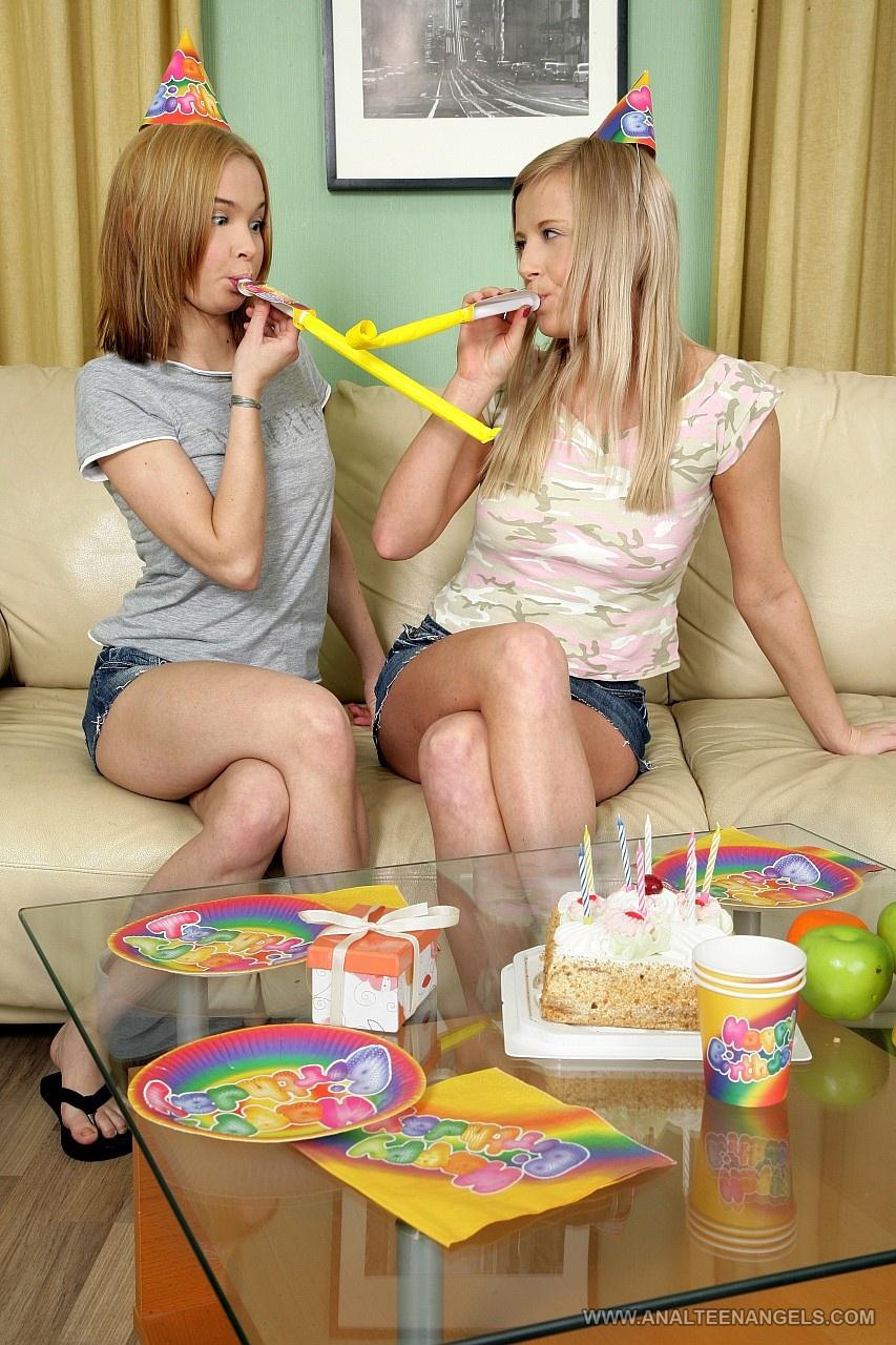 Две девушки ублажают паренька