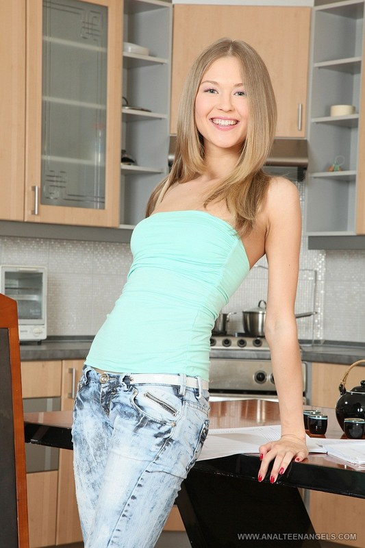 Парень ебет свою девушку на кухне статью…