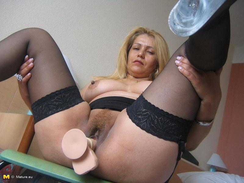 Жирная старушка мастурбирует вибратором