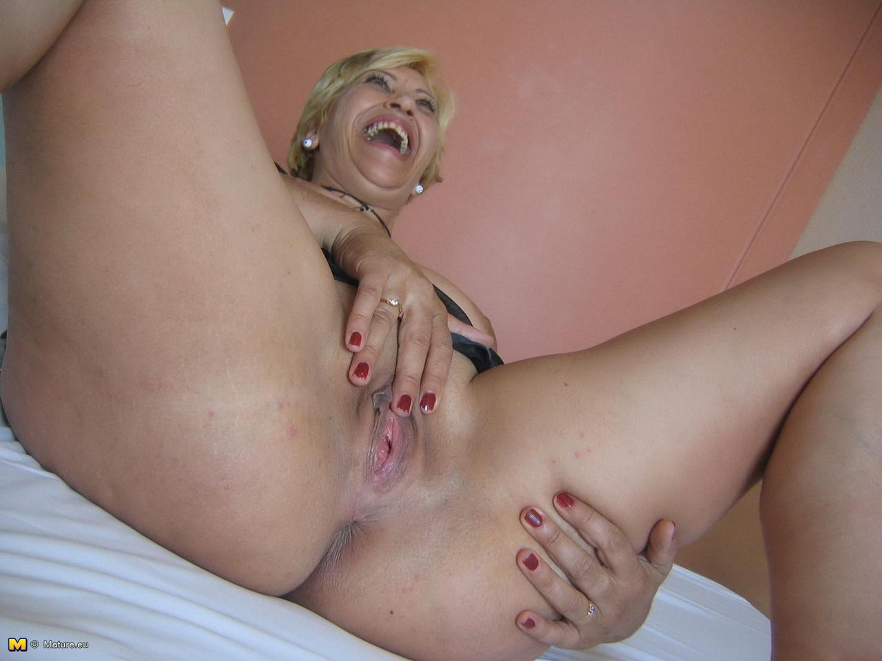 Зрелая блондинка с вибратором в презервативе