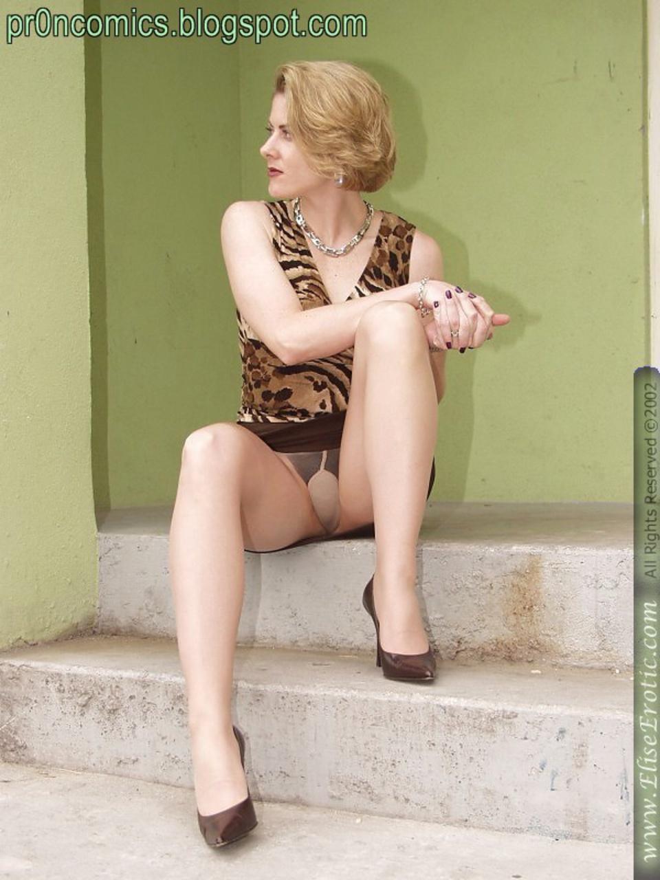 Блондинка в нейлоне на улице