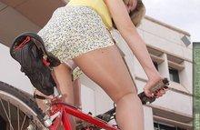 Женщинаша на велосипеде