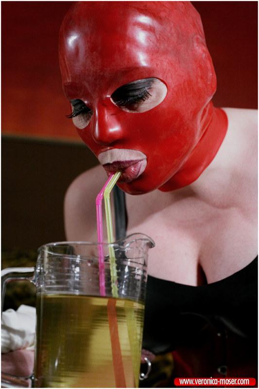 фото пьют мочу