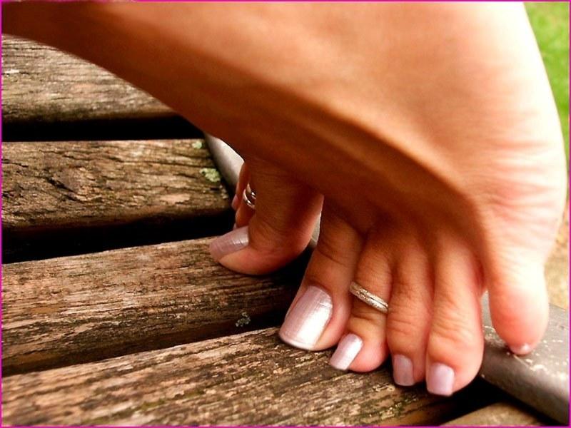 Лизатьженские пальчики на ногах видео