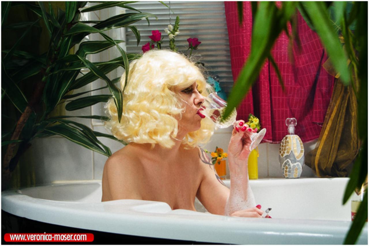 Анальные игры в ванной