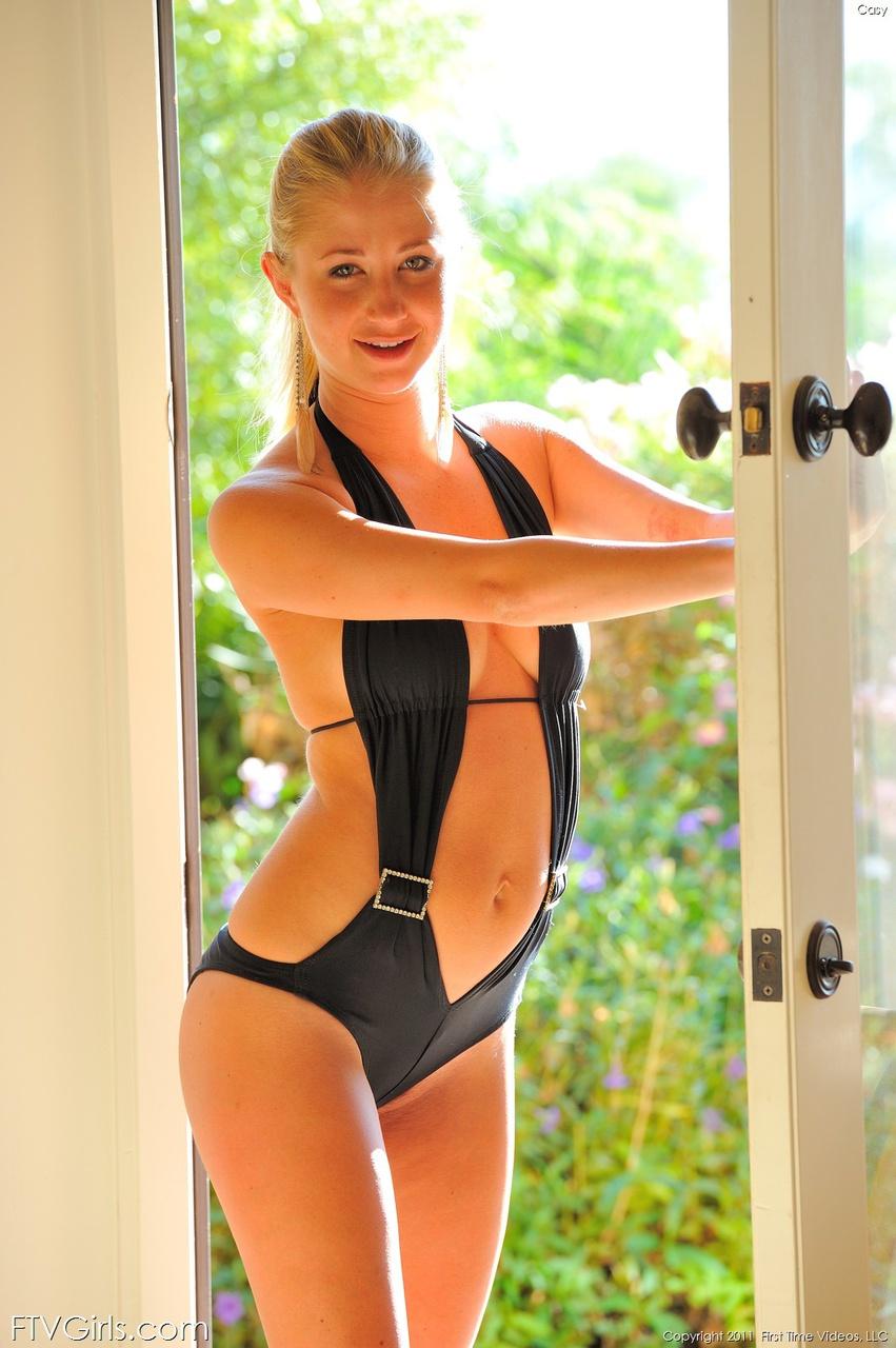 Блондинка в черном купальнике
