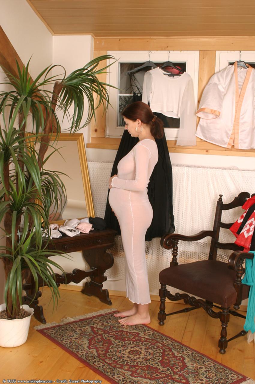 Красивая беременная девушка